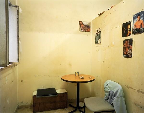 816_05 Ron Amir, Smoking Room, 2010, archival pigment print, 107x136 cm-600x472