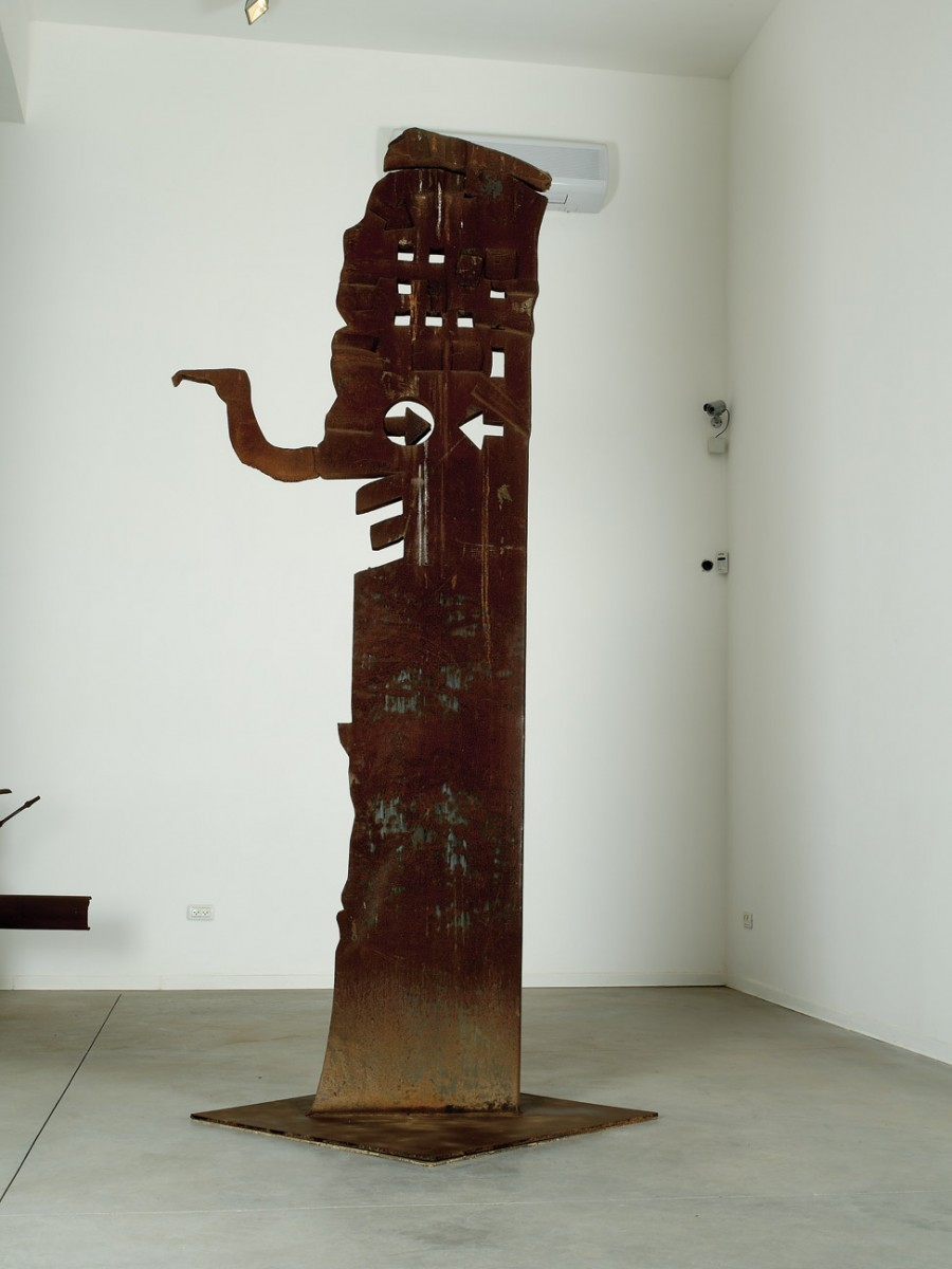 5 Igael Tumarkin Totem Steel 312 .cm