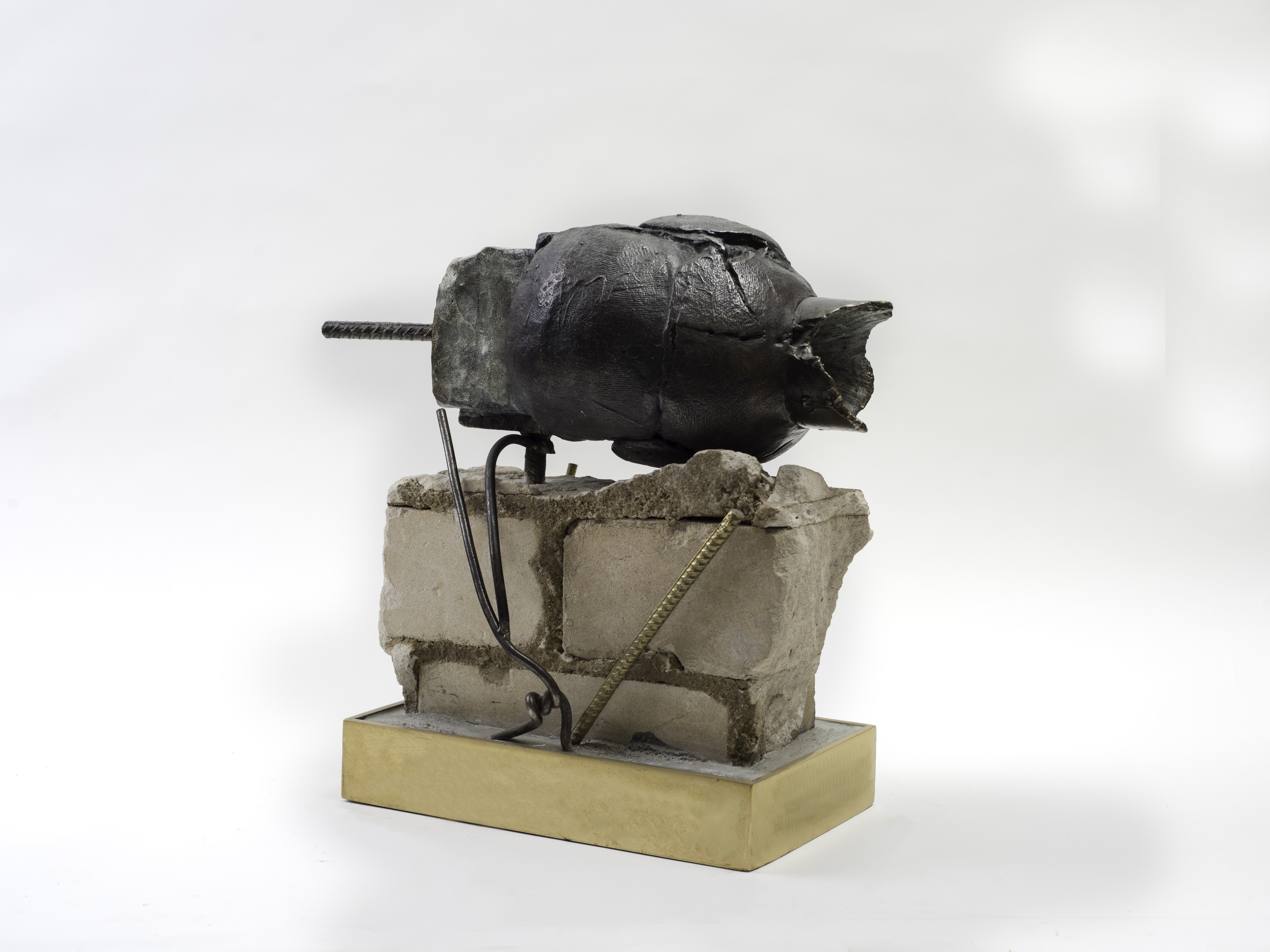 1232_Drora Dominey, Head with Wound, Bronze, iron, concrete and buildings debris, 36x40x17 cm (1)-6550x4912